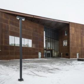 Kangasala-talossa on 290 paikkainen musiikki- ja monitoimisali, jonka kupeessa kohoaa kolmen kerroksen korkuinen Kimmo Pyykkö-taidemuseo sekä matalampi taidegalleria. Toisessa kerroksessa sijaitsevat valtuustosali ja kunnanhallituksen istuntosali.