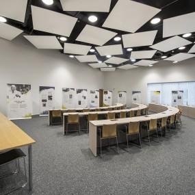 Valtuustosali on 51-paikkainen nykyaikaisella tekniikalla varusteltu monipuolinen kokoustila.